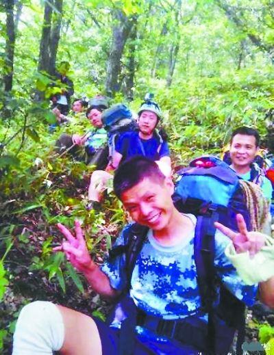 """7月27日,""""日月光""""(前)和队友穿行在丛林中"""