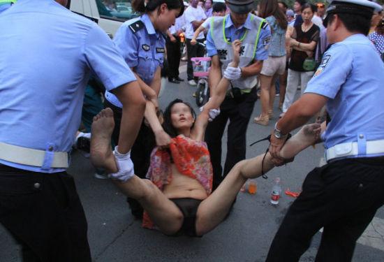 女子街头裸奔被抬走(图)