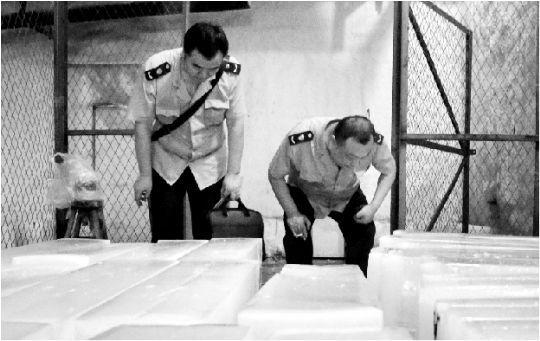 """昨日,工商执法人员赶到汉阳快活岭""""零点制冰厂""""冰库检查时,已经看不到一块食用冰了,冰库里只剩下工业用冰。本报记者 王超 摄"""