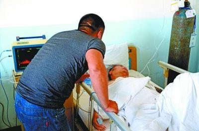 刚做完手术的伤者苏醒,亲属急忙上前探望。实习生张仰强 摄