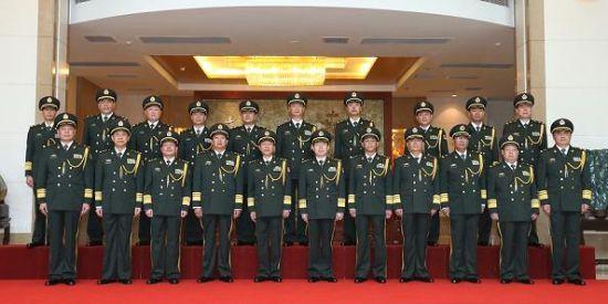晋衔仪式结束后,广州军区领导和晋升中将、少将军衔的军官合影留念。李三红摄影