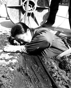 图为:地下疏浚人员冒着高温作业 (记者刘大家摄)