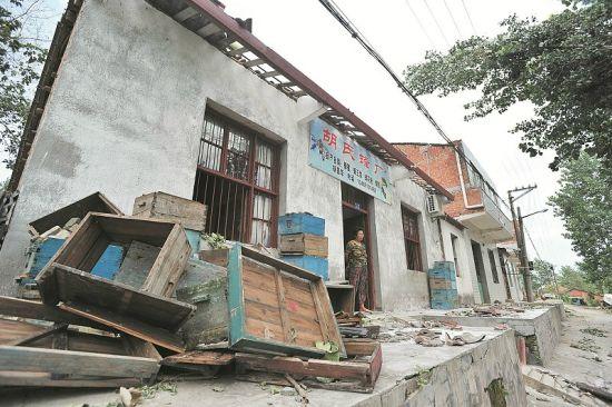 图为:房顶被掀,地上一片瓦砾