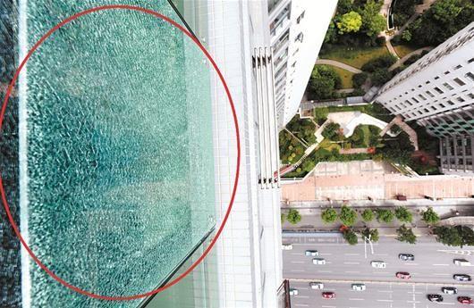 图为:破碎的玻璃悬于30楼 (记者邹斌 实习生祝思怡摄)