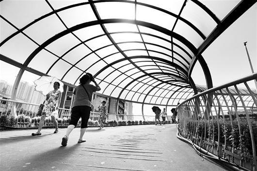 图为:昨日下午,汉口解放大道一天桥上,太阳晃眼,高温难耐 (记者曹大鹏摄)