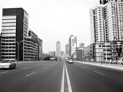 图为:长江大道两侧建筑美容效果初现