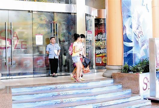 楚天都市报讯 图为:顾客被拦在商场门外