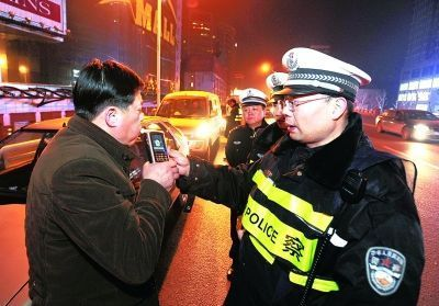 民警查酒驾。 记者史伟摄(资料图片)