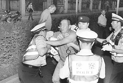 图为醉酒的司机妨碍民警执法。记者金思柳 摄