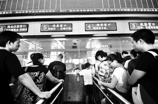 图为:京广线大量列车停运,武昌火车站现退票改签潮 (记者万多摄)