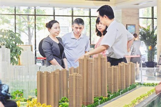 图为:买房者正在咨询