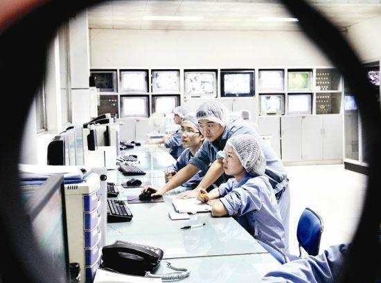 安琪集团,工人正在对产品进行监测。 记者朱敏 摄