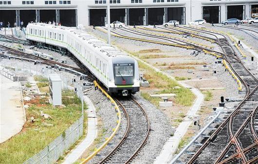 图为:地铁4号线机车出库(记者严斯林摄)