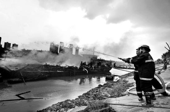 图为:消防官兵正在灭火 (记者曹大鹏摄)
