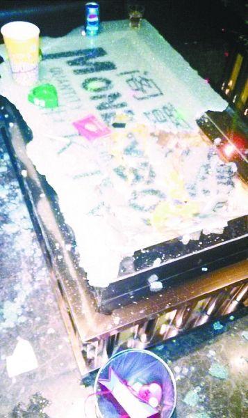 武汉麦霸飙高音震碎玻璃茶几致2人手腿划伤(图)