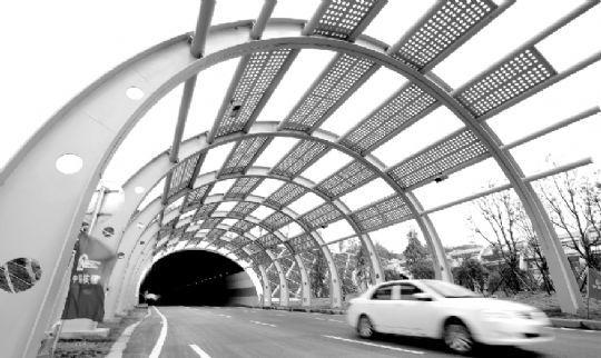 昨日,花山大道从九峰一路至花城大道段通车。图为花山大道上的长山隧道。本报记者 王筝 摄