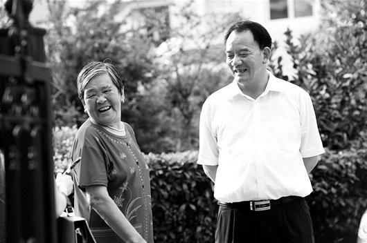 图为:星光村党委书记左少平(右)和村民交谈