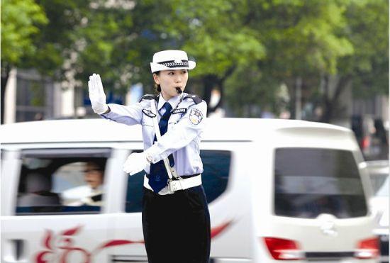 """一位""""警花""""用标准的手势指挥交通"""