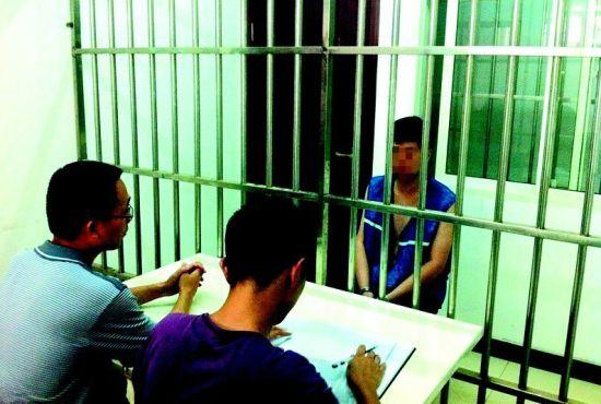 图为:警方进行审讯 (记者戴辉摄)