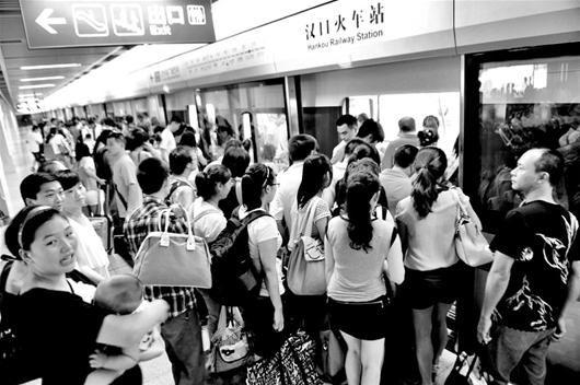 出汉口火车站的学生转乘地铁 记者程铭摄