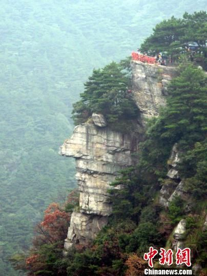 游客可以看到一处酷似人物头像的危崖峭壁,眉眼口鼻下巴等五官轮廓清晰。 曹明聚 摄