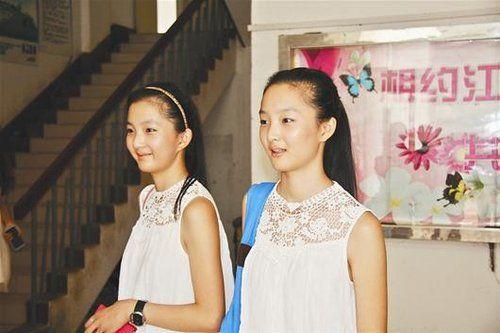 图为:双胞胎姐妹引起同学们的瞩目