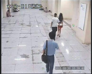 图为:监控拍下叶某摸女子臀部