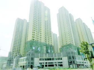图为莲花中央广场项目2号(前排左一)、4号(前排左二)楼,按规划审批分别为14层、16层,但其高度与周边31层的楼房持平。