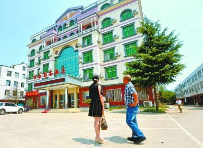 夫妻俩创业时留下的酒店。记者胡伟鸣 通讯员 张惠荣摄