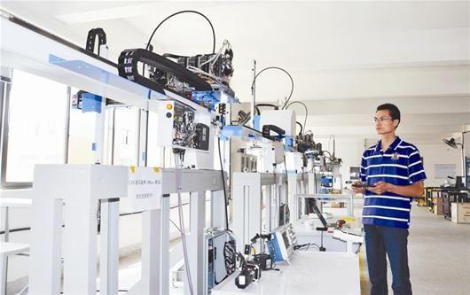 技术人员正在才测试工业机器人