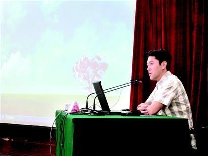 图为:蔡国庆来汉宣讲防艾知识