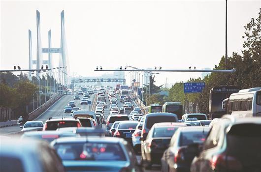 图为:长江二桥武昌桥头车辆排起长龙