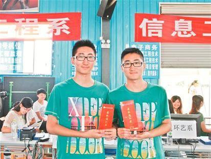 图为:哥哥程李祯(左)和弟弟程李祥 通讯员包泰民摄