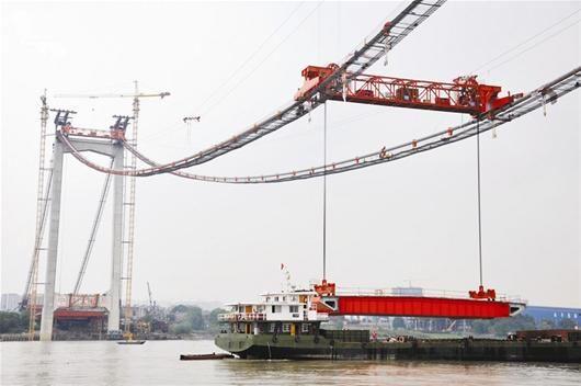 鹦鹉洲长江大桥成功吊装首节桥面