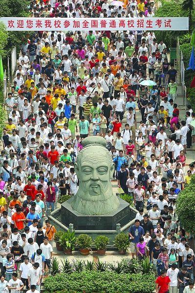 武汉六中门前,学生们从孔子像旁走过 记者周超 摄