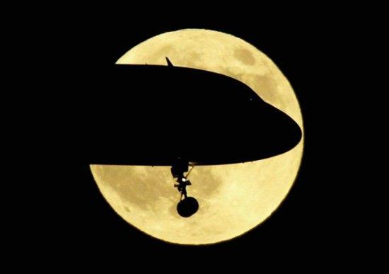 图说:航空公司将在9月18-21日开飞百个中秋赏月特色航班。网络图