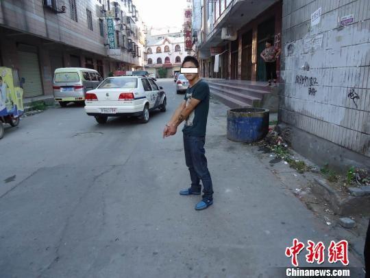 图为荆门汉正街持刀砍人犯罪嫌疑人指认犯罪现场。 吴奇勇 摄