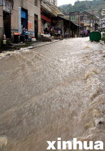 9月10日,在湖北省宣恩县长潭河乡集镇,洪水淹浸街道。