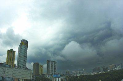 昨日上午10时许,暴雨将至,站在武汉会展中心旁的一高楼远望,朵朵黑云漂浮在城市上空 见习记者胡琴沁 摄