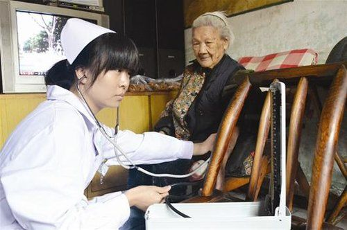 金家台社区卫生服务站工作人员给余奶奶量血压。