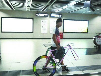 小伙和自行车