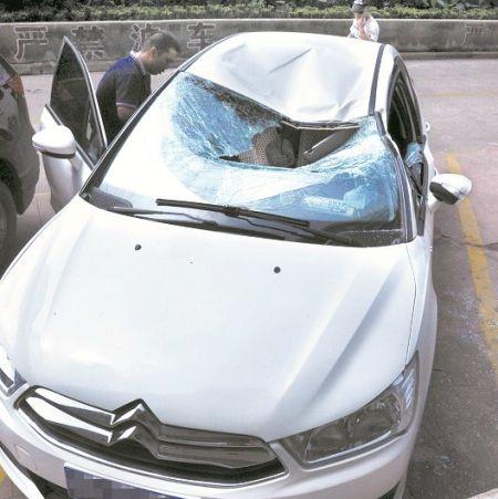 图为:被砸中的轿车 (记者周寿江、邹媛摄)