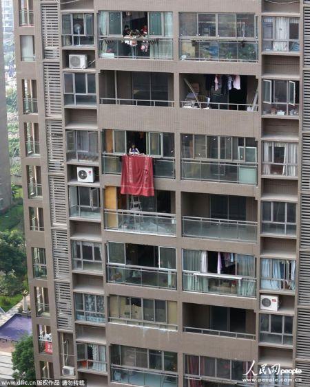 武汉一女子抱起幼子欲从14楼抛下