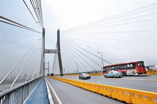 图为:二桥大修首日,工人正在清除二桥边缘的烙铁 摄影:记者程铭