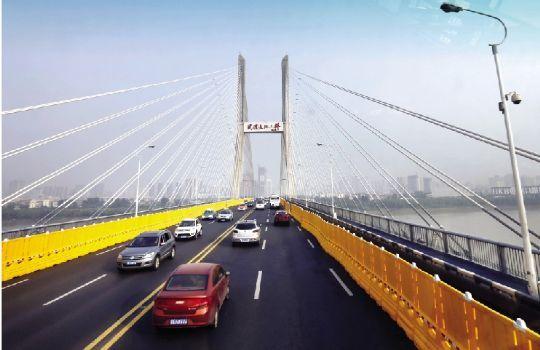 昨日,长江二桥双向各封闭一股车道,但交通依然顺畅。本报记者 傅坚实习生 王典 摄