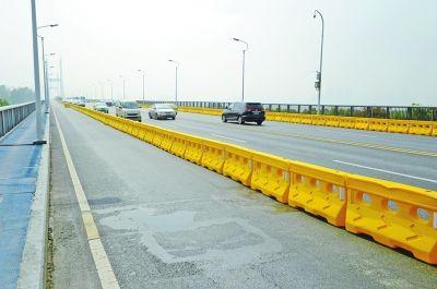 长江二桥封闭施工首日,道路十分畅通。记者金振强 摄