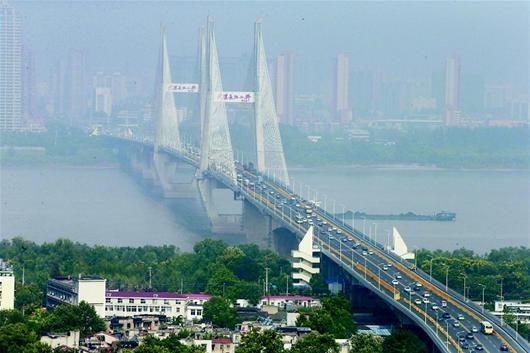 图为:昨日早高峰时,武汉长江二桥桥面畅通 (记者金影摄)