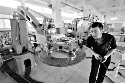武汉奋进电力技术有限公司研发生产的多用途机械臂 记者彭年 摄