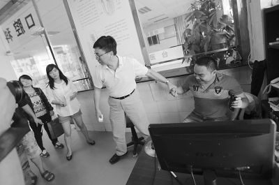 肖传国向记者演示当时在口腔科他请陶女士的情形。