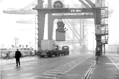 阳逻港集装箱码头繁忙景象(资料图)。本报记者 傅坚 摄